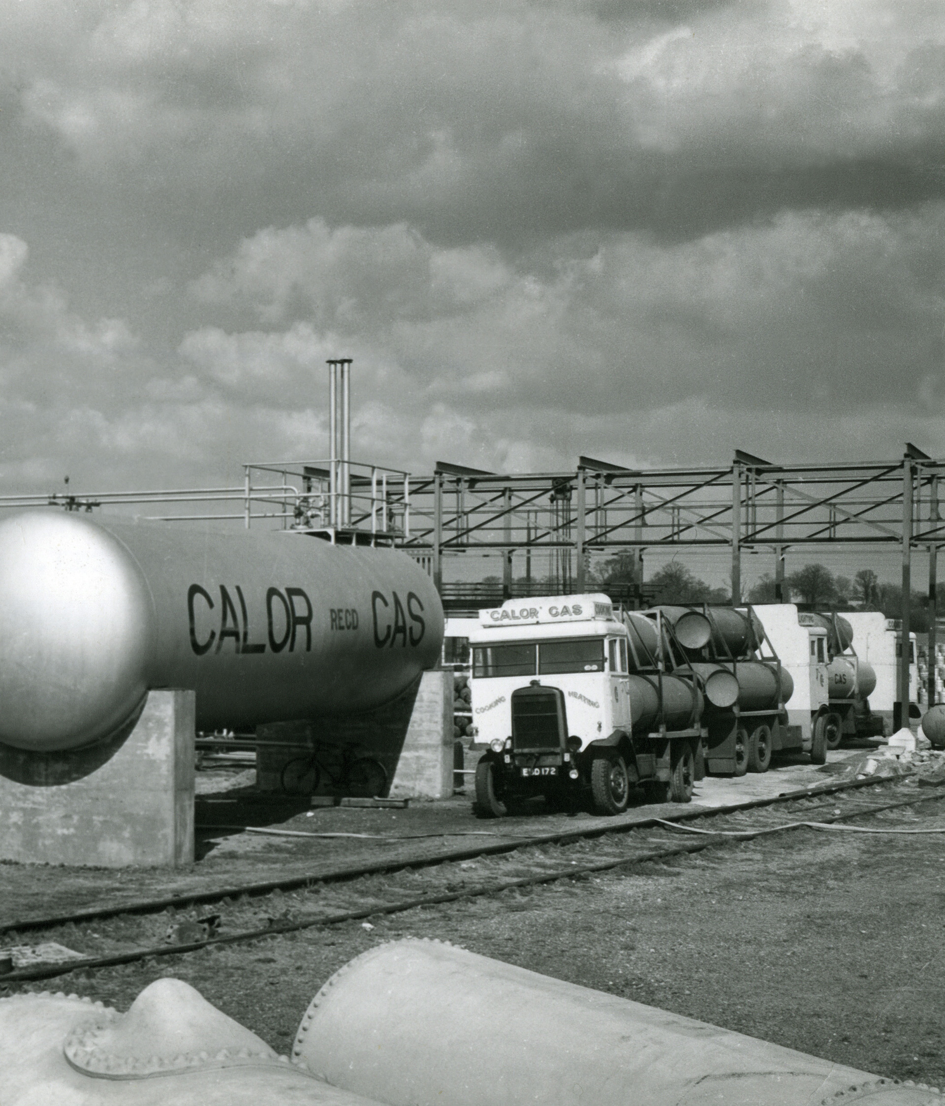 Bulk transport lorries, each with three tanks, discharging gas into storage vessels